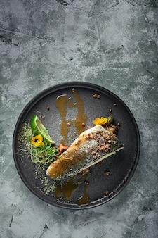 Gegrilde zeebaars met aubergine en limoen