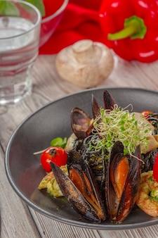 Gegrilde zeevruchten salade op houten tafel