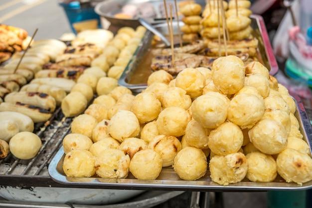 Gegrilde zoete aardappel te koop bij een lokale markt in bangkok, thailand.