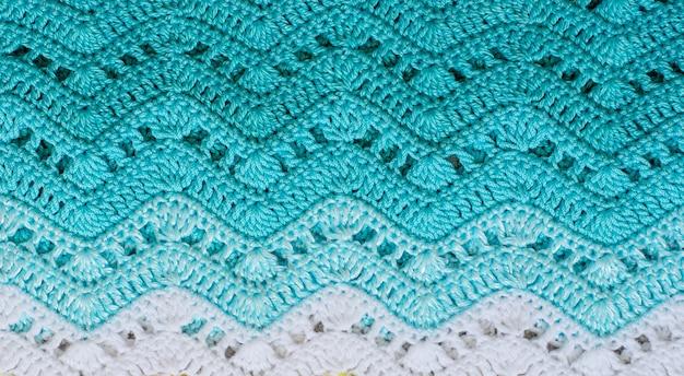 Gehaakte veelkleurige katoenen stof in turquoise kleuren. streep