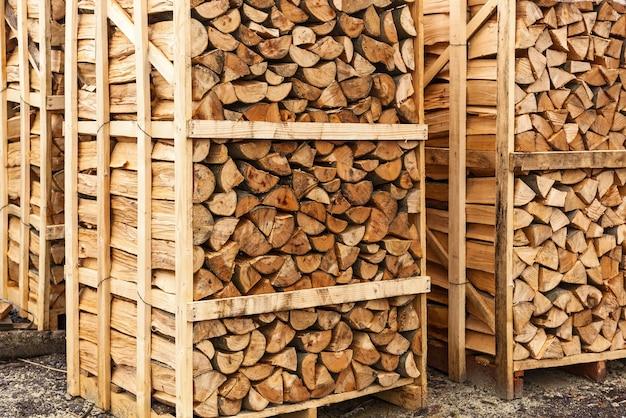 Gehakt brandhout gehakt brandhout gestapeld in dozen brandhout achtergrond