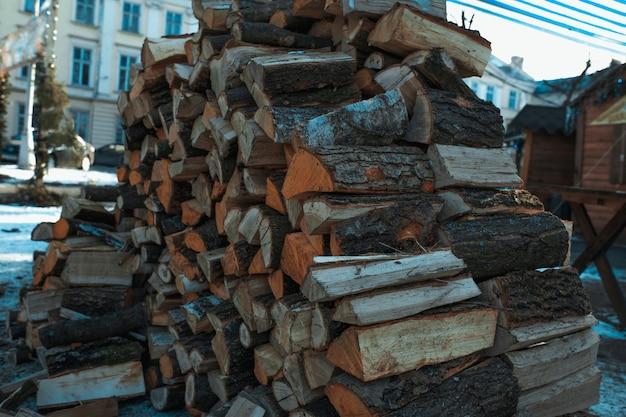 Gehakt brandhout op een stapelclose-up
