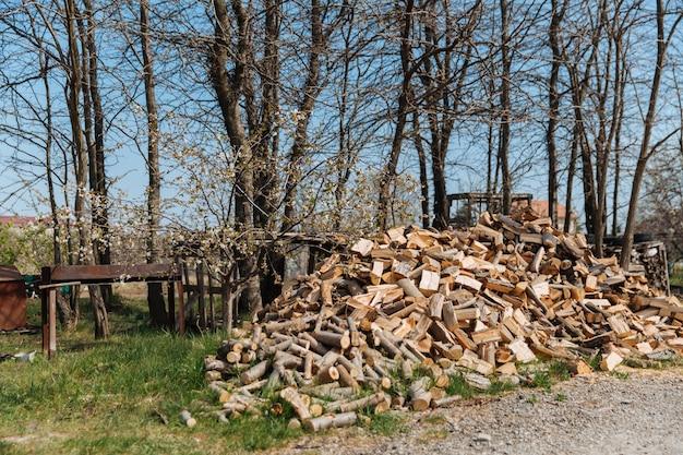 Gehakt brandhout van verschillende soorten bomen, voorbereiding van brandhout voor de winter.
