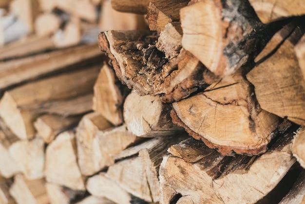 Gehakt hout in de stapel. houten brandhoutblokken bovenop elkaar.