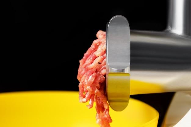 Gehakt in een elektrische vleesmolen