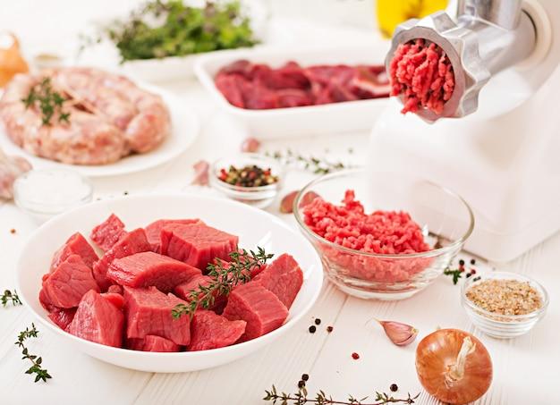 Gehakt rauw vlees. het proces van het bereiden van gehakt door middel van een vleesmolen. zelfgemaakte worst. gehakt.