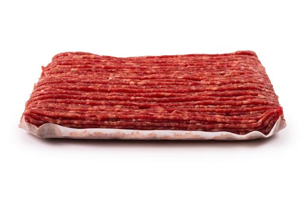 Gehakt vlees dat op wit wordt geïsoleerd