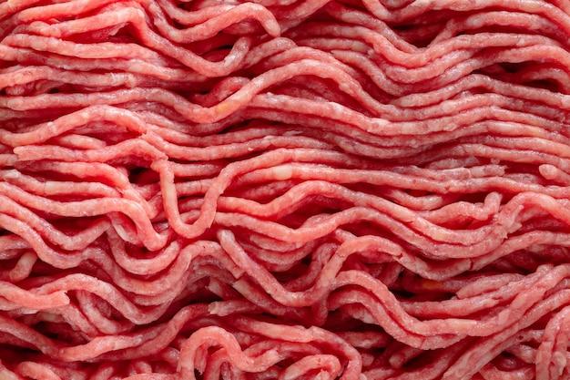 Gehakt vlees met kruiden op papier op tafel. detailopname. macro