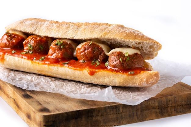 Gehaktbal sub sandwich geïsoleerd op witte achtergrond