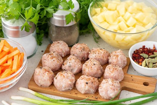 Gehaktballen en gehakte aardappelen met wortelen voor soep