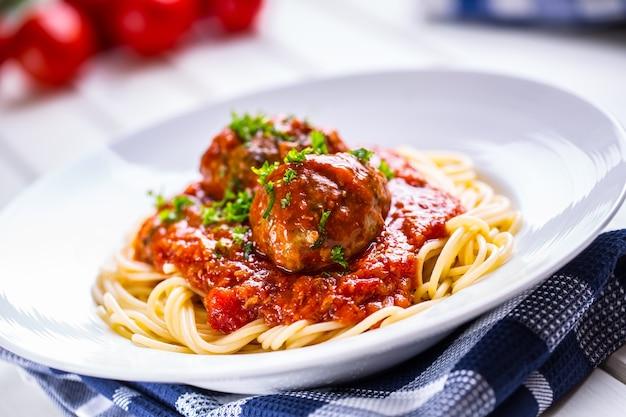 Gehaktballen. italiaanse en mediterrane keuken. gehaktballetjes met spaghetti en tomatensaus. traditionele keuken.