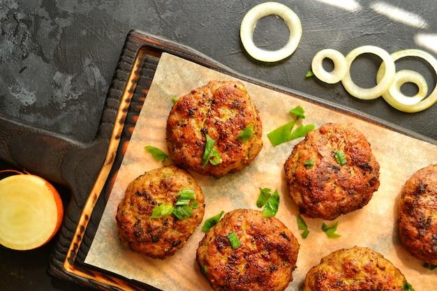 Gehaktballen. koteletten op een houten bord. voedsel op een bord met perkament. heerlijk lekker eten. bovenaanzicht