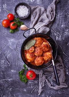 Gehaktballen met tomatensaus.
