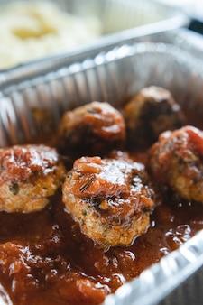 Gehaktballetjes in tomatensaus met puree in aluminium bakjes. afhaal. levering