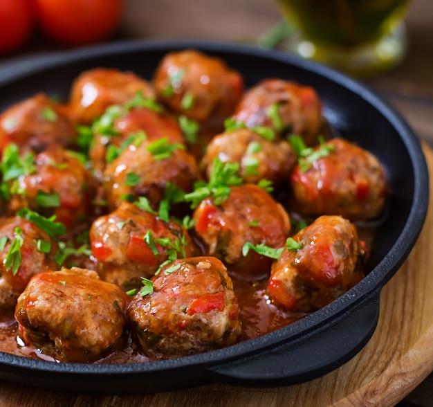 Gehaktballetjes in zoetzure tomatensaus