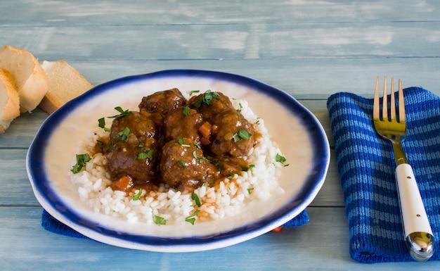 Gehaktballetjes met rijst en groente