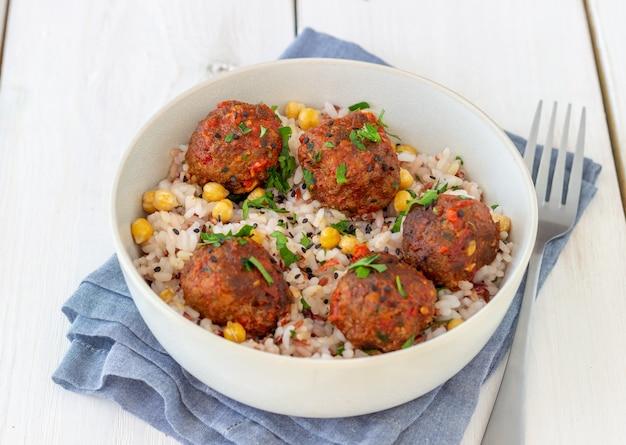 Gehaktballetjes met rijst, kikkererwten en sesamzaadjes. gezond eten. eetpatroon. oosterse keuken.