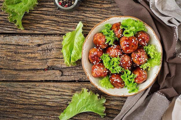 Gehaktballetjes met rundvlees in zoetzure saus. aziatisch eten. bovenaanzicht plat leggen