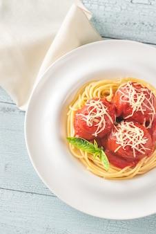 Gehaktballetjes met tomatensaus en pasta
