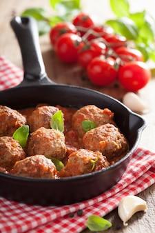 Gehaktballetjes met tomatensaus in zwarte pan