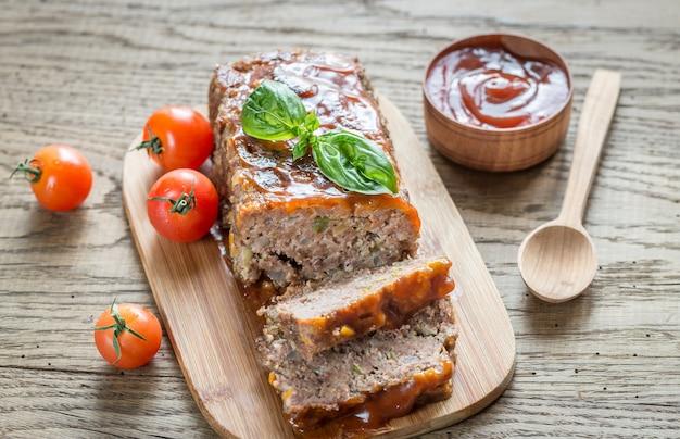 Gehaktbrood met barbecuesaus op het houten bord