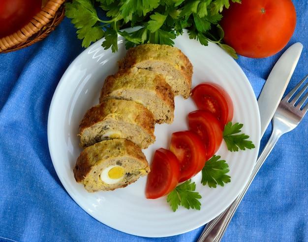 Gehaktbrood met champignons en gekookt ei.