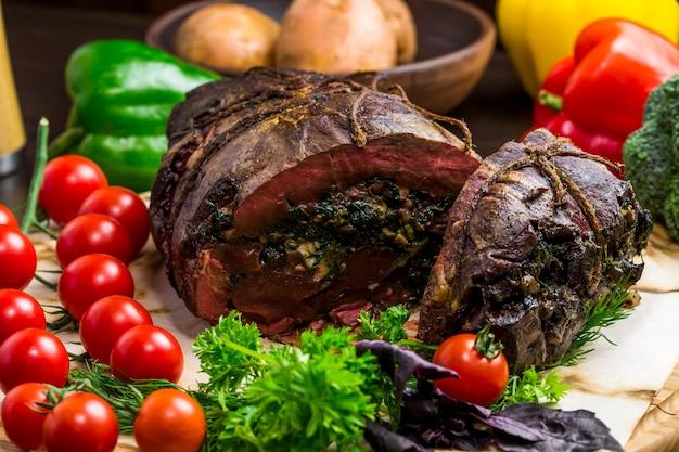 Gehaktbrood vlees gebakken met een vulling gesneden knokkel