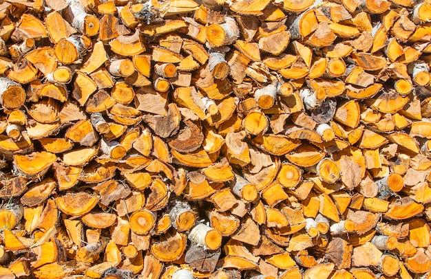 Gehakte en gestapelde stapel van dennen en berkenhout.
