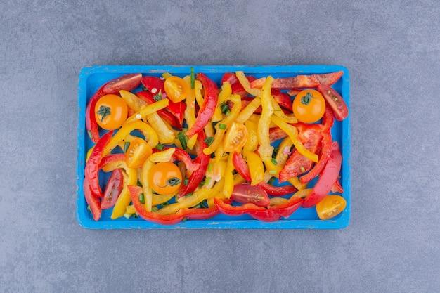 Gehakte gekleurde paprikasalade op een schotel