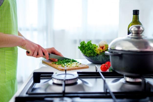 Gehakte groenten op hakbord voor groentenschotels en verse salades bij keuken thuis. koken voorbereiding voor het avondeten. schoon gezond voedsel en goede voeding
