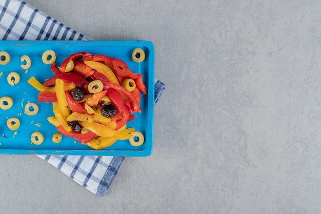 Gehakte kleurrijke paprikasalade met gemarineerde olijven