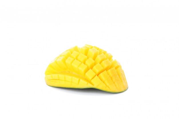 Gehakte mango die op wit wordt geïsoleerd