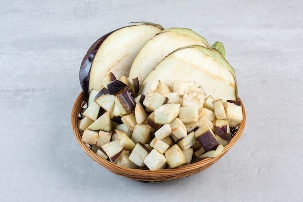 Gehakte rauwe aubergines in houten kom. hoge kwaliteit foto