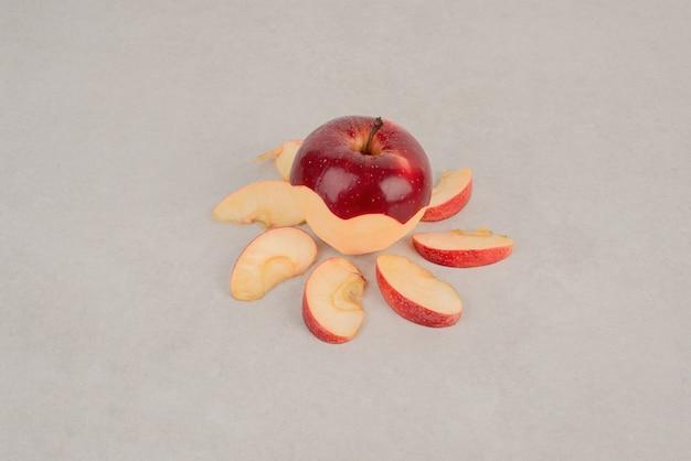 Gehakte rode appel met plakjes.