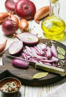 Gehakte rode uien. ingrediënten voor uichutney, marmelade, jam, marinade, confituur, augurk