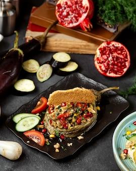 Gehakte salade gevuld met gebakken aubergine