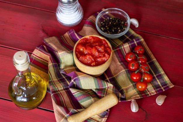 Gehakte tomaten op een rode achtergrond. vegetarisch eten. bovenaanzicht.