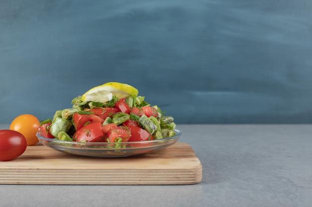 Gehakte tomatensalade met bonen en kruiden.
