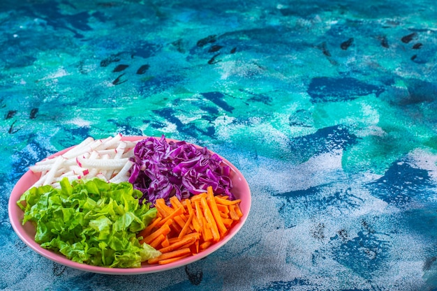 Gehakte verschillende groenten in een bord