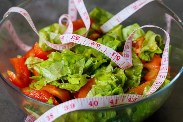 Gehakte verse groentesalade in een bord voor een vegetarisch meisje