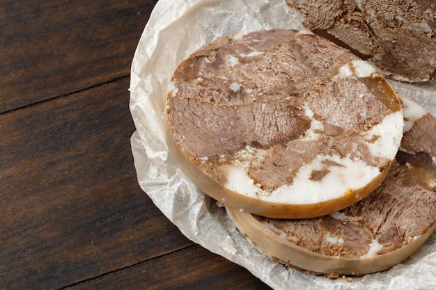 Gehakte vleesworst op een houten bord