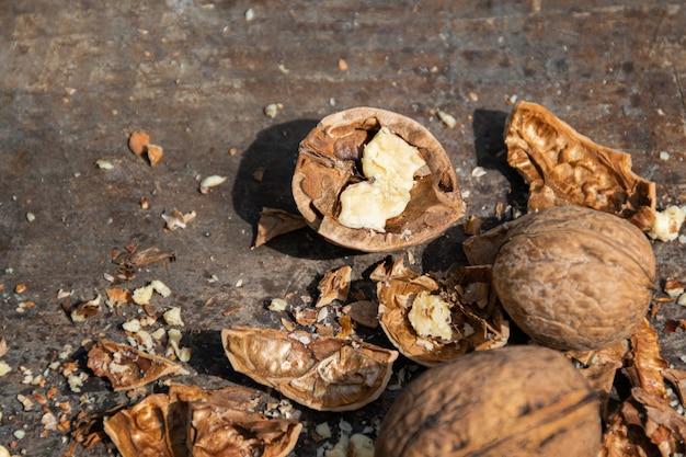 Gehakte walnoot op een houten snijplank