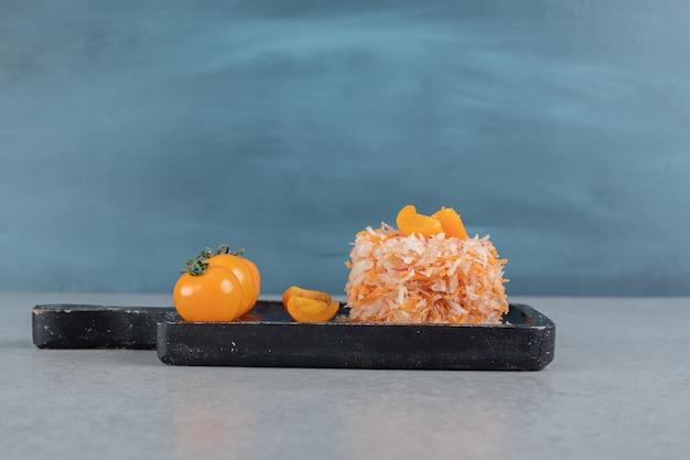Gehakte wortelsalade met gele cherrytomaatjes