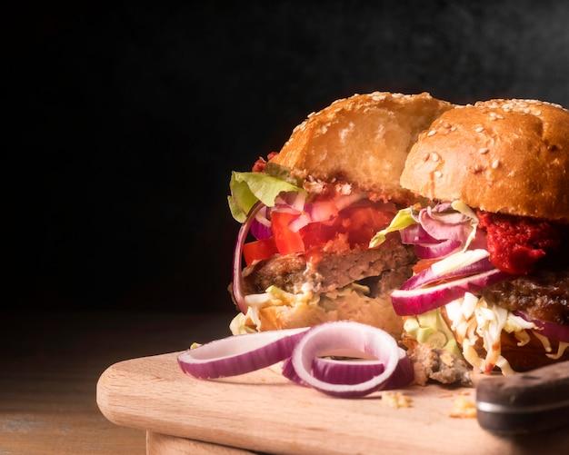 Gehalveerde hamburger op houten bord met kopie ruimte