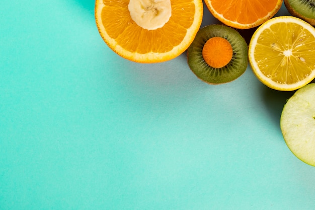 Gehalveerde vruchten op een blauwe tafel