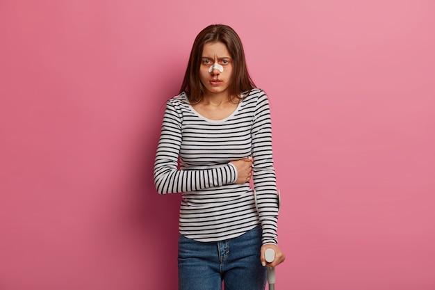 Gehandicapt tienermeisje voelt pijn, heeft een beschadigd lichaam nadat ze op de weg van de fiets is gevallen, is aangereden door een auto, is een onzorgvuldige voetganger die lijdt aan verwaarlozing van verkeersregels, raakt zijn maag aan