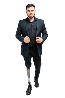 Gehandicapte jonge man met prothetische been, kunstmatige ledemaat concept.
