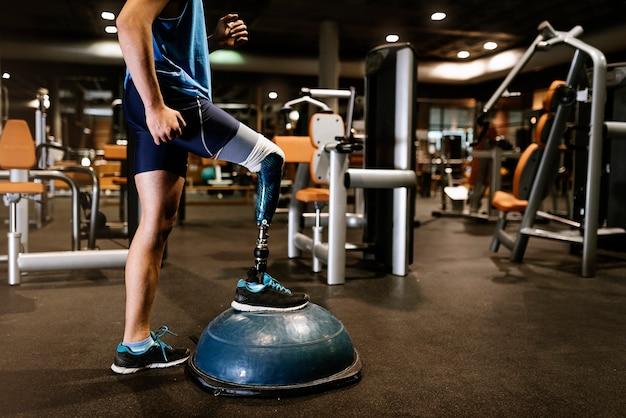Gehandicapte jongeman training in de sportschool. gehandicapte sportman concept.