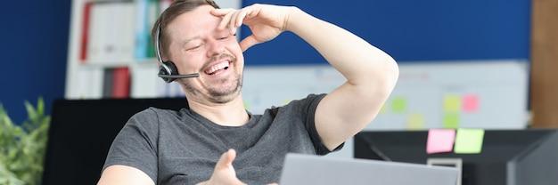 Gehandicapte man in koptelefoon communiceren via videolink werkgelegenheid van mensen met een handicap