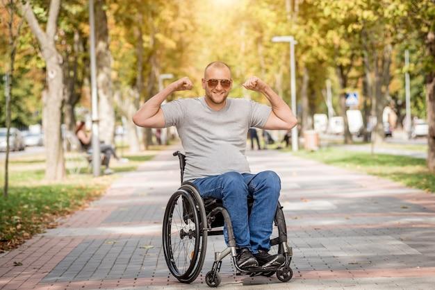 Gehandicapte man in rolstoelwandeling bij het parksteeg